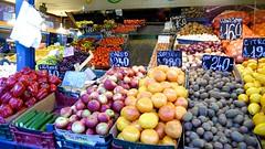 Frutas ricas (vcastelo) Tags: frutas hungary budapest central mercado tiendas hungra compra frutera