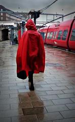 Red in the rain (Jens Rost) Tags: red woman rot rain copenhagen bahnhof trainstation sbahn rød raincoat kopenhagen regen regn trainplatform københavn bahnsteig dsb commutertrain regenwetter vesterport stog regnvejr regnslag kvinde regnfrakke rainweather togstation togperron