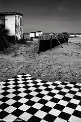 1492 - Le damier, Blriot, 2011 (ikaune) Tags: sea blackandwhite bw mer beach seaside noiretblanc nb plage argentique rivage carrelage argentic borddemer damier blriotplage ikaune