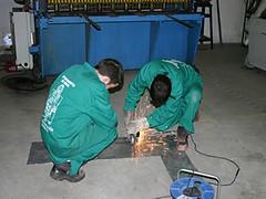 En la imagen se muestra a dos alumnos del PCPI realizando tareas de soldadura en uno de los talleres del Centro.