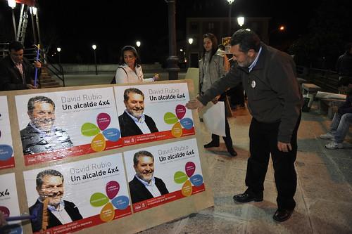 El actual alcalde y candidato socialista participó en la pegada de carteles. Foto Pedro Merino