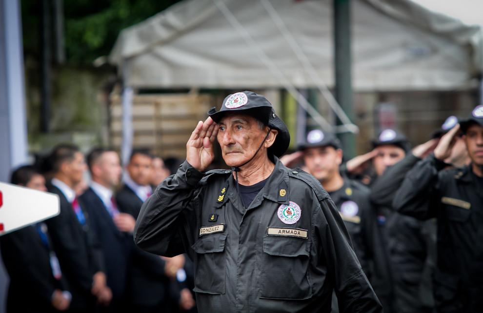 Un ex combatiente encabeza el desfile de una de las compañías de la Unión de Reservistas, una Organización que mantiene registrados a los ex combatientes, militares retirados, suboficiales y soldados en situación de reserva.  (Tetsu Espósito - Asunción, Paraguay)