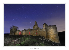 La decadencia yacente (Ivn G. Atienza) Tags: ruina estrellas nocturna castillo abandono castillalamancha estrellado saelices castillejo