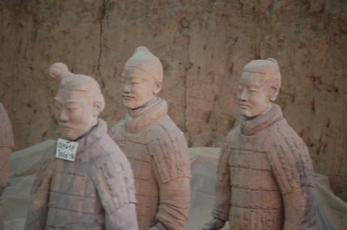 Alle Krieger der Terrakottaarmee haben andere Gesichtszüge, vermutlich wurden sie tatsächlich porträtiert. Drei davon in Nahaufnahme.