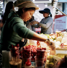 Fruit Selling ( ken ) Tags: street woman 120 6x6 film fruit night rollei rolleiflex kodak taiwan nightmarket taipei  shilin  planar   portra400vc    28e