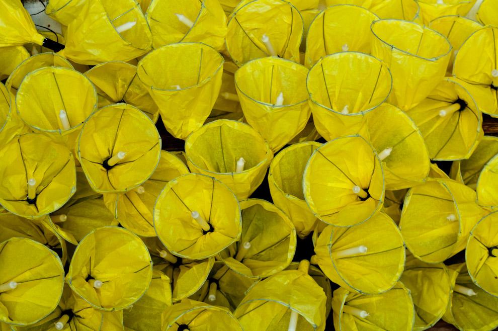 Candiles hechos de materiales diversos como alambres, papel amarillo, vela y caño de plastico, son fabricados por los habitantes del pueblo para vender a los participantes de la marcha a un precio de 5.000 gs cada uno. (Elton Núñez - San Ignacio, Paraguay)