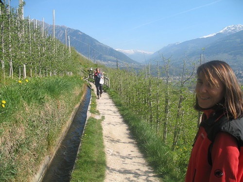 Wandern entlang des Marlinger Waalweges bei Meran