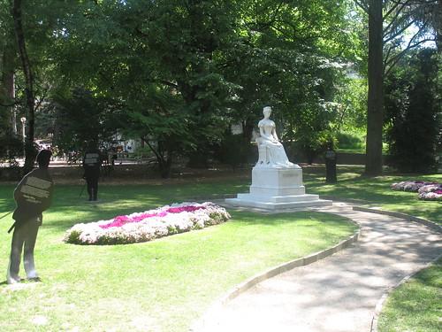 Der an die Kurpromenade angrenzende Park mit der Sissi-Statue