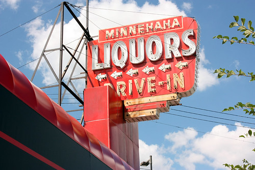 minnehaha_liquors_sign