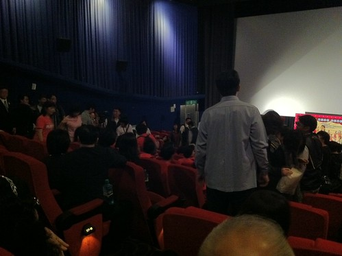 林素蘭老師和阿公、阿嬤們進場和大家一起看首映