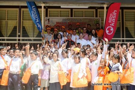 Para pelajar gembira dengan majlis penyerahan hostel Astro