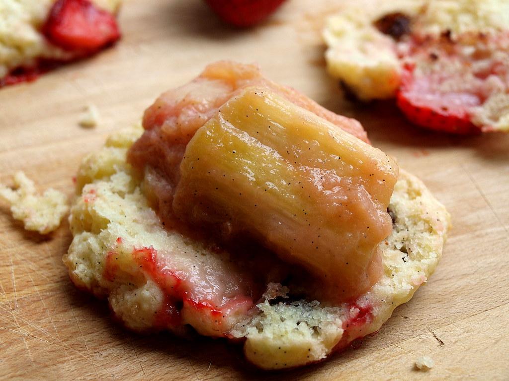 Erdbeer-Scones mit Rhabarberkompott