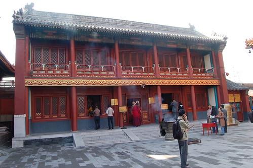 Ein Mönch der die Wanfu Halle fotographiert