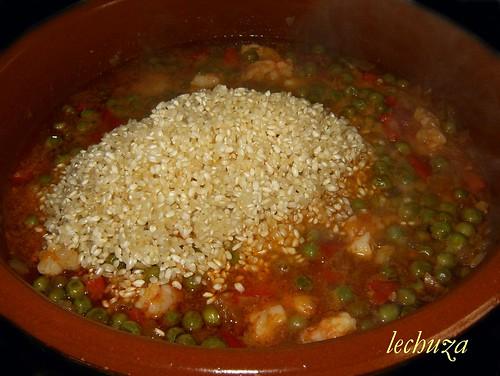 Arroz con vieiras y langostinos-añadir arroz.