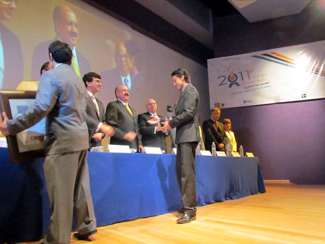 Felipe Lara  y a Francisco Díaz recibiendo el premio ante el subsecretario de educación superior, el  Dr. Rodolfo Tuirán