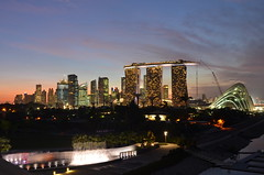 Marina Bay and CBD at dusk, from the barrage. (Nicolas Lannuzel) Tags: buildings singapore asia dusk tokina1224mm marinabarrage marinabaysands nikond7000