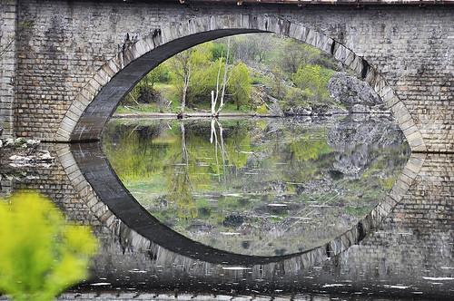 Reflejos bajo el puente - Reflections under the bridge by Marco Antonio Losas
