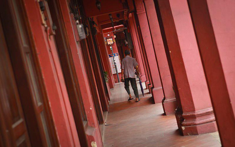 廊下踽踽獨行的老人