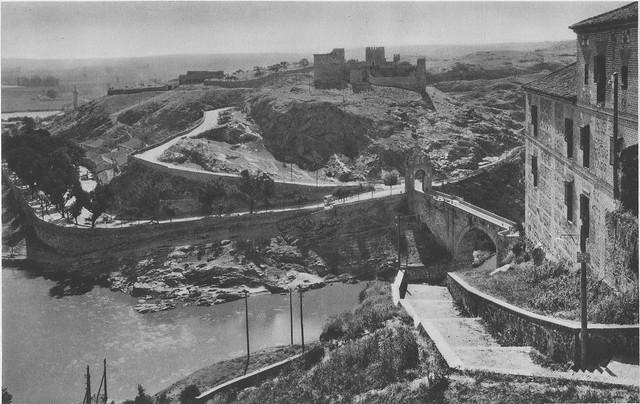 Escalerillas del Miradero, castillo de San Servando y Puente de Alcántara hacia 1925. Fotograbado de Friedrich Christiansen