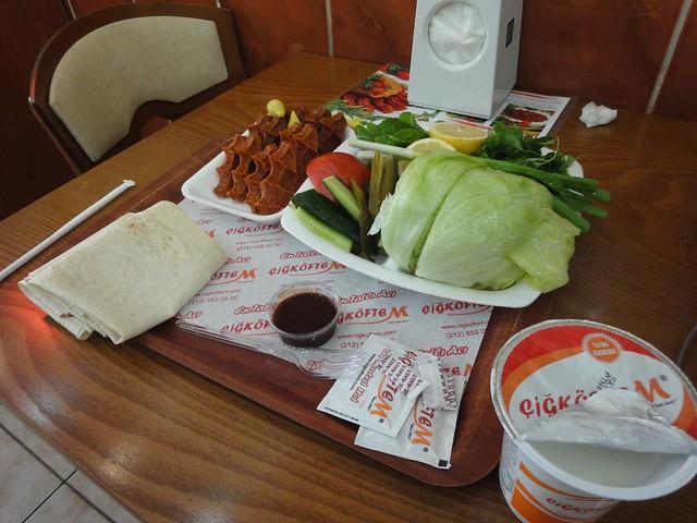 Restaurante Cigkoftem na Avenida Vali Konagi em Istambul