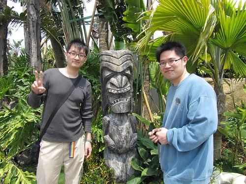 2011台北花博-寰宇庭園-馬來西亞-與圖騰合照-2.JPG