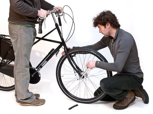 Workcycles-assembling-bike-from-box 3
