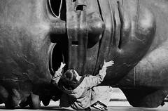 Sfida (Francesco Lo Presti) Tags: europa krakow piazza statua polonia viso cracovia gioco bambino paura grandestatua