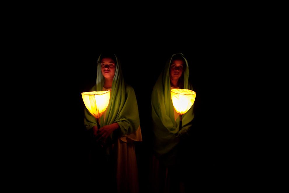 Dos mujeres, daban la bienvenida al público al Teatro Vivo, un show de cuadros vivientes presentado por el artista Koki Ruiz. (Tetsu Espósito - San Ignacio, Paraguay)