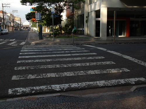 As faixas de pedestre do Jardim Público têm rampas de acesso à praça, porém, do outro lado da rua, não existe nenhum acesso - Foto: Renato Fernandes