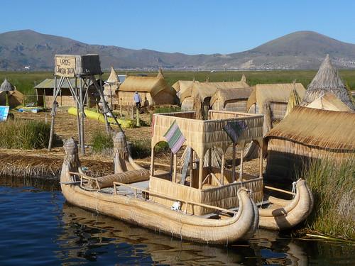 Une île flottante de l'archipel des Uros