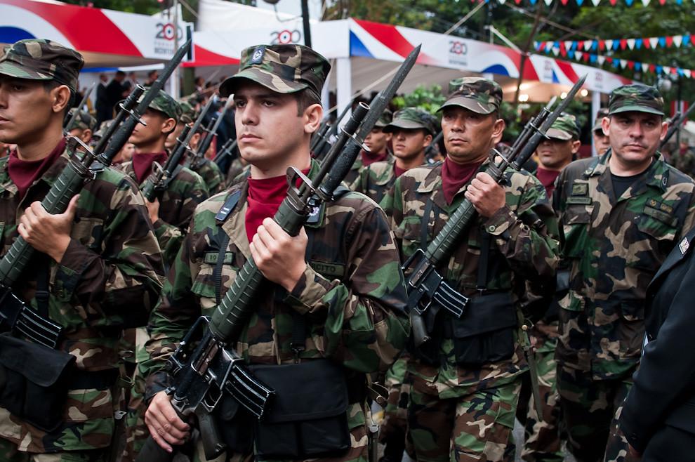 Soldados de la Infantería del Ejército Paraguayo desfilan con sus rifles M16 con bayonetas. (Elton Núñez - Asunción, Paraguay)