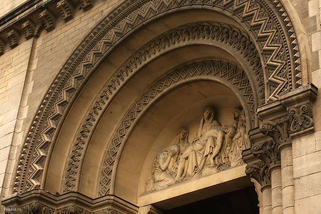 Magnifique tympan d'une porte latérale