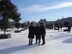 """Paris em janeiro, um dos mais frios da década, em frente ao Louvre com Ricardo e Roberto • <a style=""""font-size:0.8em;"""" href=""""http://www.flickr.com/photos/63787043@N06/5805382030/"""" target=""""_blank"""">View on Flickr</a>"""