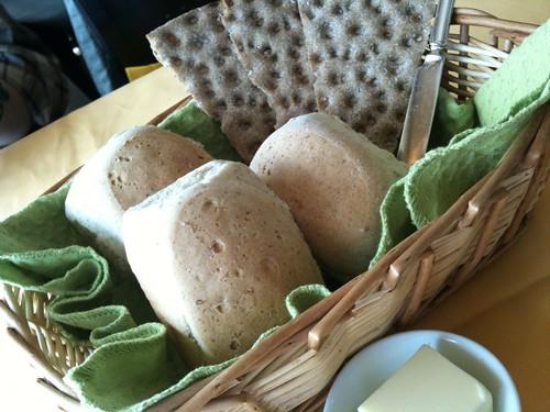 パンは2種類。ハーブが入った全粒粉パンは美味。