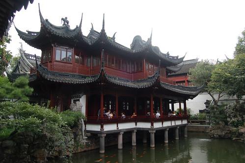 Auf einem Teich ist ein Pavillion gebaut.