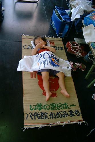清水工業高校の練習場で眠る子ども