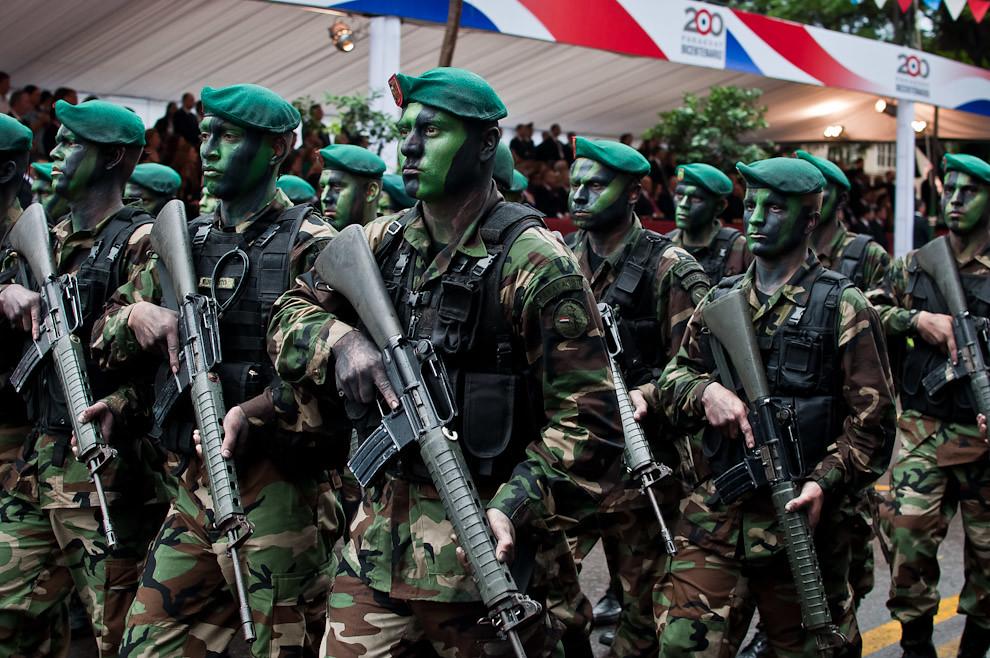 Paracaidistas del Ejército Paraguayo reconocidos por sus boinas verdes impresionaron al público con su vestimenta, equipamientos tácticos y caras pintadas. (Elton Núñez - Asunción, Paraguay)