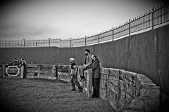 en la barrera (raasta) Tags: bw canon blackwhite despedida bullfighting elmatador torero plazadetoros tamim ef24105mmf4lisusm ef24105mmf4 canoneos5dmarkii 5dmark2