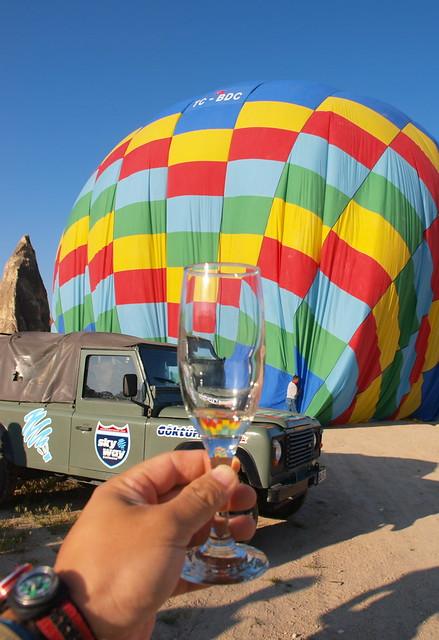 熱氣球落地後,每隔人分到一小杯的香檳來慶祝