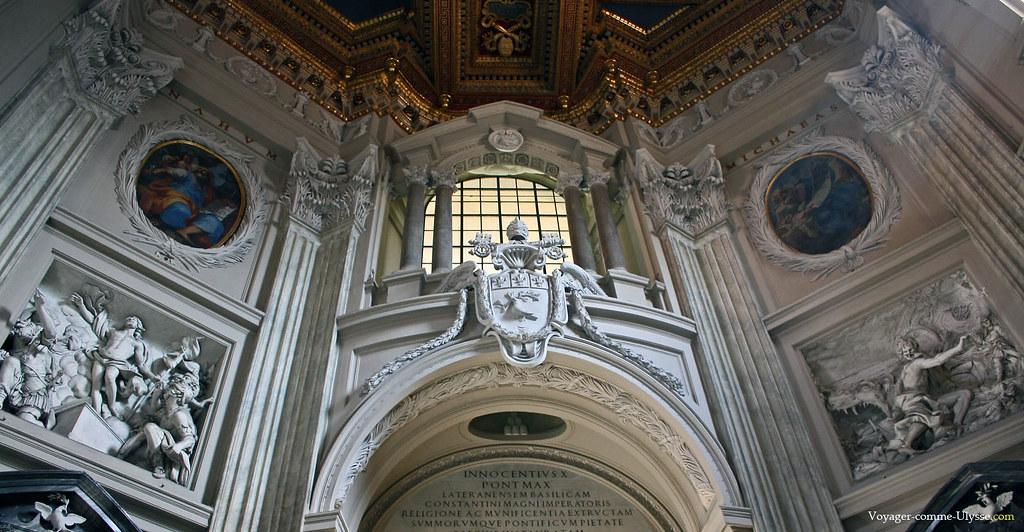 Au dessus de la porte, une profusion baroque de sculptures et décorations