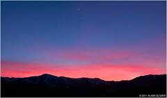 Croissant de lune et ciel rouge du soir