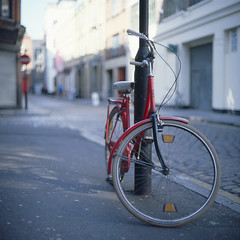 Red Bicycle (kenny ip) Tags: street red urban london 120 6x6 film bike bicycle mediumformat spring kodak bokeh slide hoxton ektachrome eastlondon wideopen e100g norita norita66 autaut 80mmf2 noritar kennyip