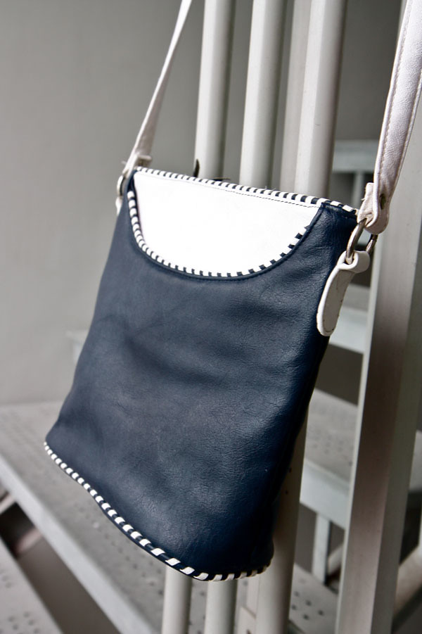 Classic navy/white shoulder bag circa 1980s