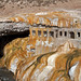 Lo strepitoso ponte naturale di Puente del Inca con rovine di un vecchio hotel