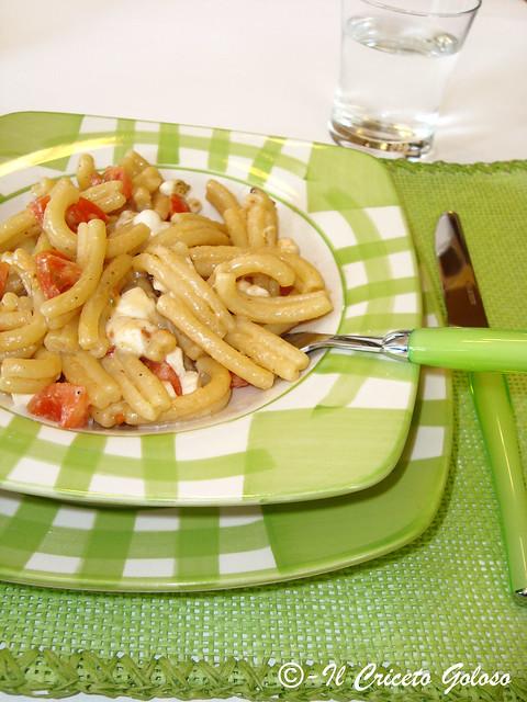 Tortilli con pesto di frutta secca, pomodorini e mozzarella