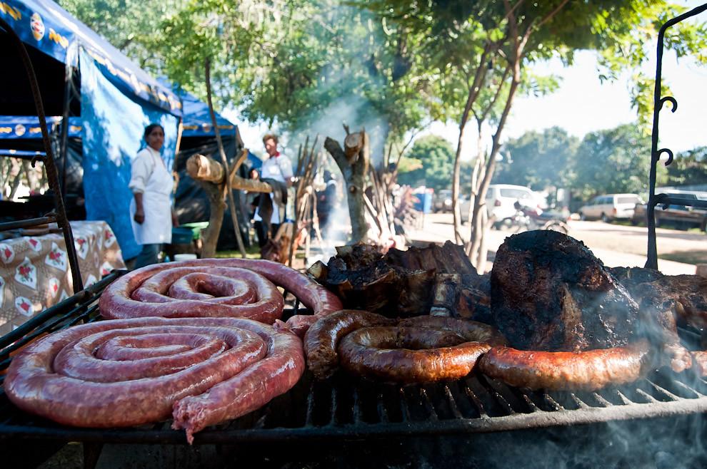 El chorizo sanjuanino, la costilla asada y otro tipo de comidas típicas fueron una constante en la jornada donde se llevó a cabo el evento. Las comidas típicas de San Juan como el batiburrillo, la sopa y el mbeyu formaron parte de la variedad de minutas disponibles para la venta. El asado de oveja a la estaca fue el producto que mas se buscó y se consumió por parte de los visitantes. (Elton Núñez, San Miguel - Paraguay)