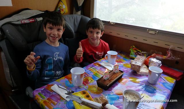 Celebrando el cumpleaños de los pekes