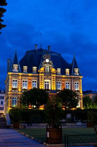 Blue hours - Mairie de Rueil by esquimo_2ooo