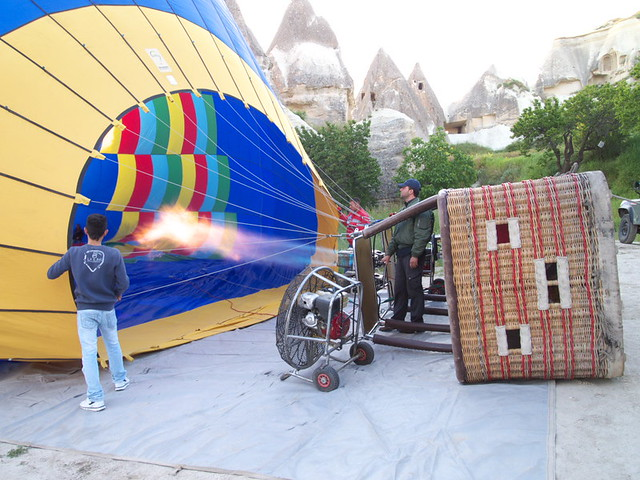 對熱氣球噴火加熱空氣