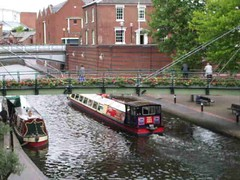 Brewmaster's House and Bridge from The Water's Edge, Brindley Place (ell brown) Tags: greatbritain bridge england video birmingham footbridge unitedkingdom canals watersedge nia icc videoclip westmidlands narrowboat brindleyplace narrowboats pitcherpiano internationalconventioncentre stpetersplace thewatersedge nationalindoorarena sherbornewharf brewmastersbridge bcnmainline pitcherpianoatbrindleyplace brewmastershouse deepcuttingroverbridge birminghamcanalnavigationsmainline sherbornewharfbirmingham sherbornewharfheritagenarrowboats